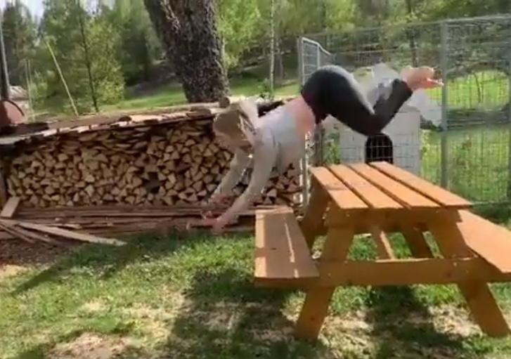 Фото №1 - Эта девушка скачет и берет препятствия, как лошадь (видео). Интернет в ужасе и восторге