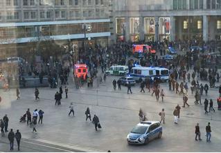 В центре Берлина фанаты двух повздоривших видеоблогеров устроили массовую драку (видео)
