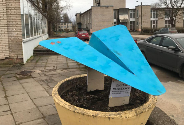 Фото №1 - Школьники поставили под Питером памятник Telegram на деньги, полученные от депутата. Но не все так просто!