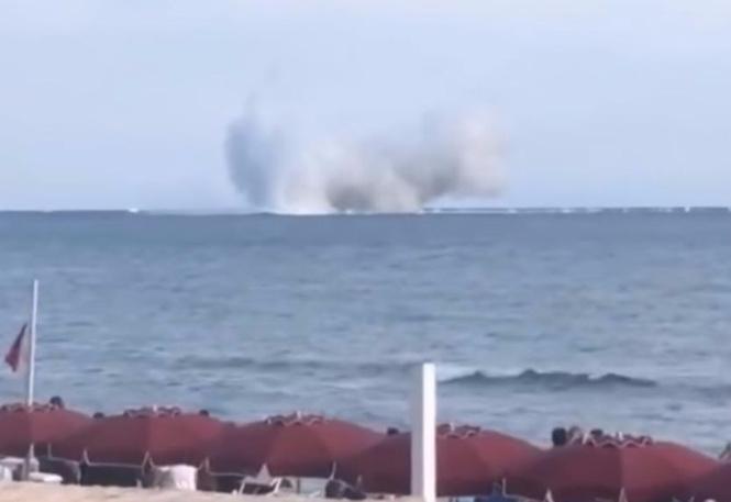Пилот истребителя ошибся при выполнении трюка и на полной скорости рухнул в море (ВИДЕО)