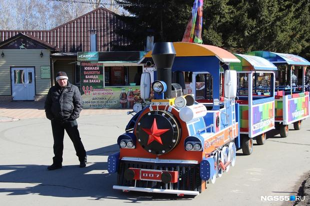 Фото №2 - В Омске детский паровозик катался по парку под Rammstein и прославился на всю страну (видео)