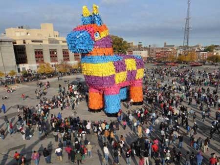 Фото №1 - Самая большая пиньята в мире