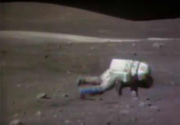 Фото №1 - Видеоподборка астронавтов, падающих на Луне