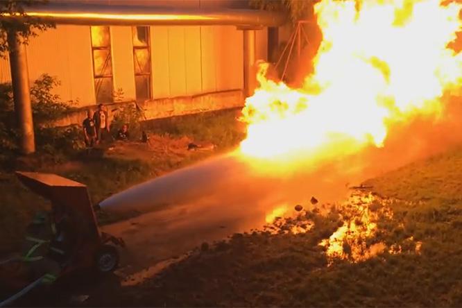 Фото №1 - Что случится, если в поединке схлестнутся пожарный шланг и огнемет? Спойлер: будет эпичное видео!