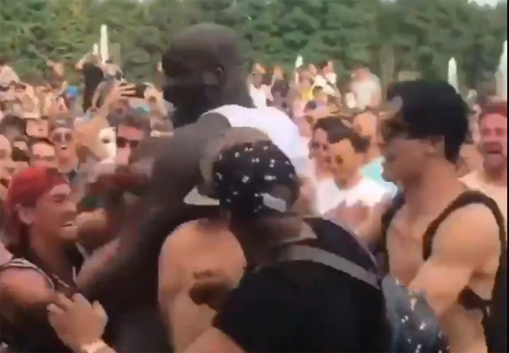 Фото №1 - Шакил О'Нил ворвался в слем на музыкальном фестивале (эпичное видео)