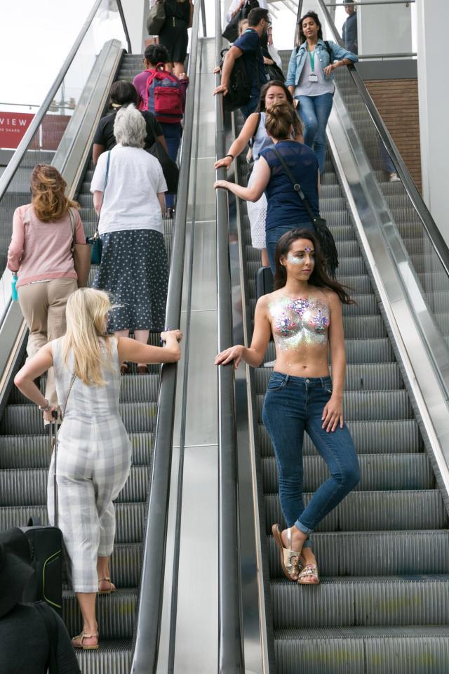 Фото №3 - Модель прошлась по городу топлес в поддержку тренда «грудь в блестках»!