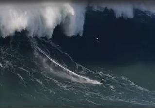 В Португалии серфер оседлал 30-метровую волну (видео)