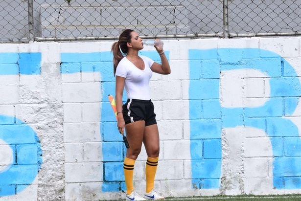 Фото №3 - Бразильская судья вышла на поле в мокрой прозрачной футболке!