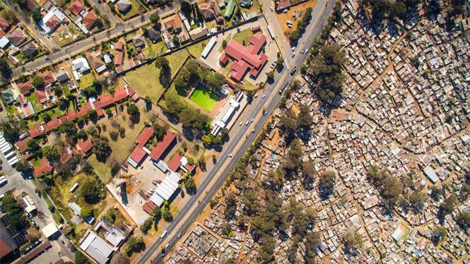 Вид на границу между богатым и бедным районом ЮАР