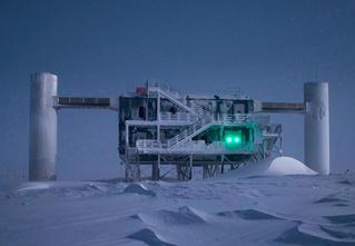 Фото месяца: нейтринная обсерватория на Южном полюсе