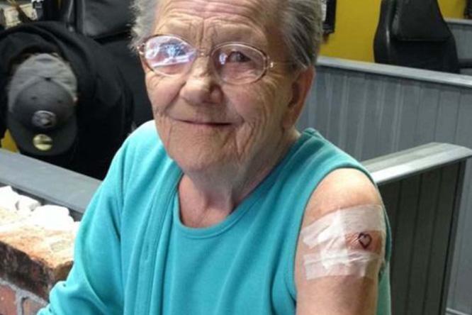 Фото №1 - Пожилая ирландка сбежала из дома престарелых, чтобы набить тату
