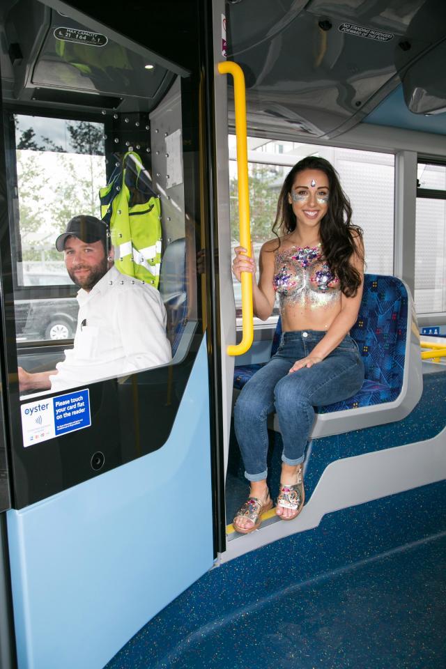 Фото №20 - Модель прошлась по городу топлес в поддержку тренда «грудь в блестках»!