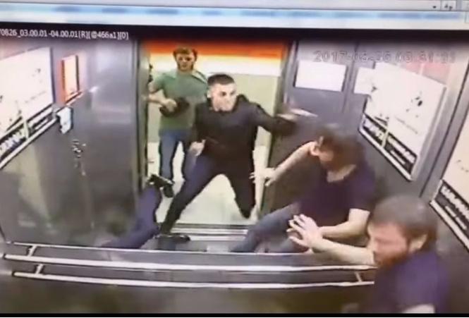 Загадочное видео: мужчина в одиночку избил в лифте троих