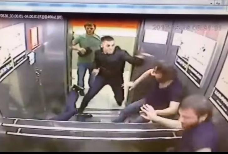 Фото №1 - Загадочное видео: мужчина в одиночку избил в лифте троих