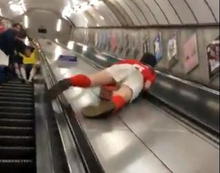 Пьяный фанат съезжает по балюстраде эскалатора в метро, и тот ему жестоко мстит (травматическое ВИДЕО)