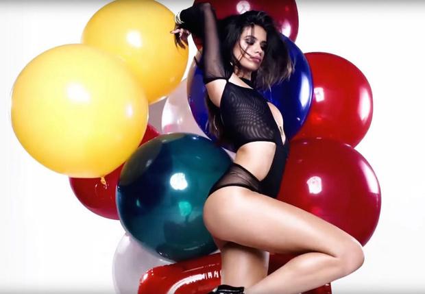 Фото №3 - Флешмоб «Из всей одежды — только палец», Бритни Спирс и другие самые сексуальные девушки этой недели