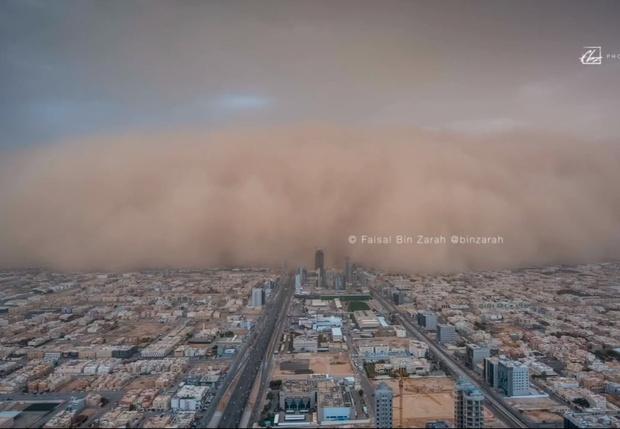 Фото №1 - А-а-а! Адская песчаная буря мглою кроет целый город! (эпичное ВИДЕО)