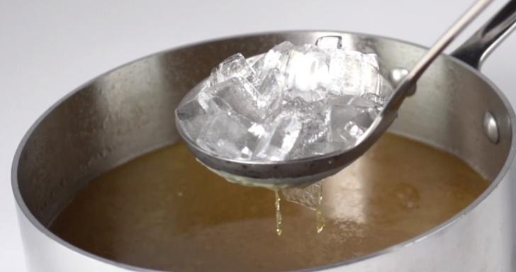 Фото №4 - Простой способ убрать жир с супа (видеолайфхак)