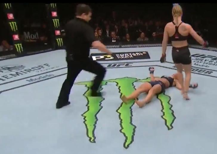 Фото №1 - Самый брутальный женский нокаут года (видео)