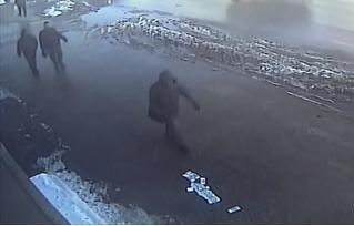 Грабитель украл 30 миллионов рублей, но выронил деньги по дороге! Посмотри, как реагируют прохожие! ВИДЕО