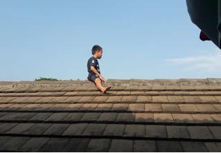 В Индонезии пятилетний ребенок залез на крышу больницы, чтобы избежать обрезания