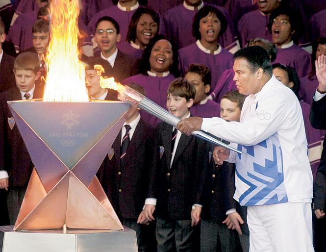 Али зажигает огонь на Олимпийских играх