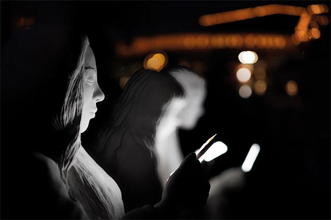 Фото №3 - В Амстердаме возвели светящий монумент пользователям смартфона