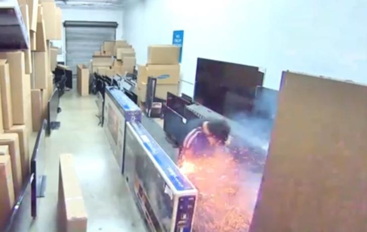 Фото №1 - Электронная сигарета эффектно взорвалась у парня прямо кармане (видео)