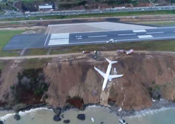 Фото №1 - Самолет с 162 пассажирами завис над обрывом и чуть не рухнул в море — катастрофическое ВИДЕО