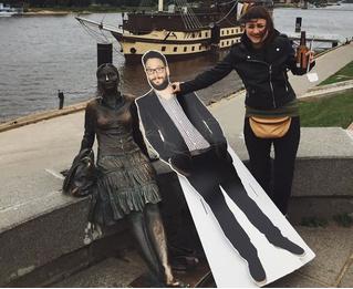 Русская девушка везде ходила с картонным Сетом Рогеном — и живой актер наконец это заметил!