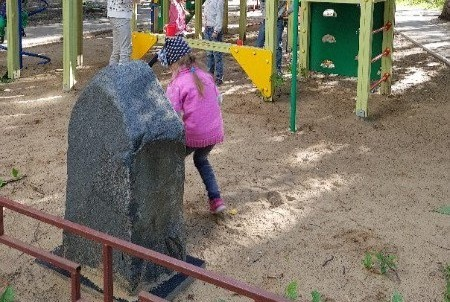 Фото №1 - Челябинск, подвинься! В Самаре на детской площадке нашли могильный памятник криминальному авторитету