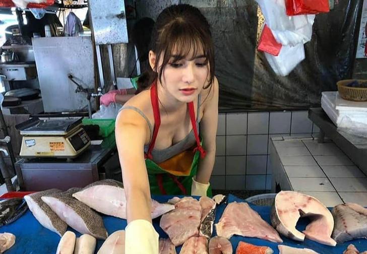 Фото №1 - Пользователи нашли «самую красивую продавщицу рыбы» (фото и видео прилагаем). Но с ней все оказалось не так просто