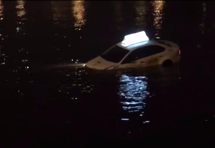 Фото №1 - По реке плывет такси, а внутри два мужика (ВИДЕО из Питера, слова народные)