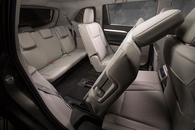 Фото №3 - Toyota Highlander: харизматичное авто с кожаным рулем с подогревом и защитой от барсеточников