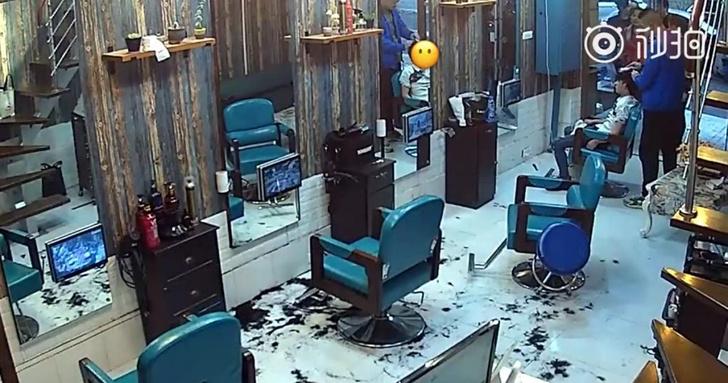 Фото №1 - Взбешенный плохой стрижкой китаец сам подстриг парикмахера (видео)