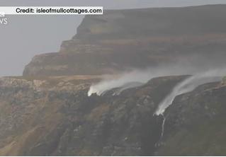 Сильный ветер «развернул» водопады в Шотландии (видео)