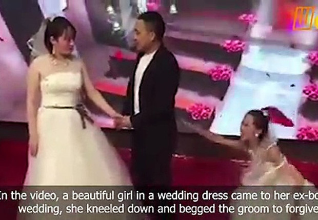 Фото №1 - Китайскую свадьбу попыталась сорвать еще одна появившаяся невеста, но жених остался непреклонен (грустное видео)