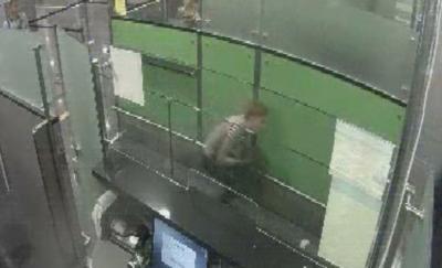 Находчивый мужчина попытался пройти погранконтроль в аэропорту на корточках (ВИДЕО)