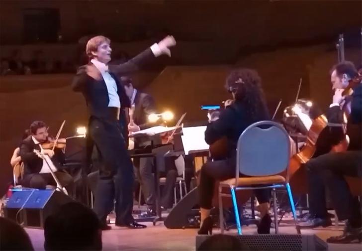 Фото №1 - Гитарист группы «Кино» Юрий Каспарян ответил «Металлике», исполнив с оркестром песню Enter Sandman