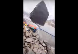 Огромный камень сорвался с горы и полетел на альпинистов. Один из них схватил телефон и снял это видео
