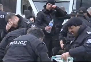 Полицейские распылили слезоточивый газ в протестующих, а попали в себя (видео)