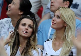 ФИФА потребовала меньше снимать красивых болельщиц во время трансляций матчей!