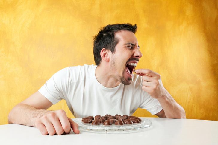 Фото №1 - Девушку потрясло, как дико ее парень ест шоколадку! Интернет разрезвился. И тут вмешался изготовитель