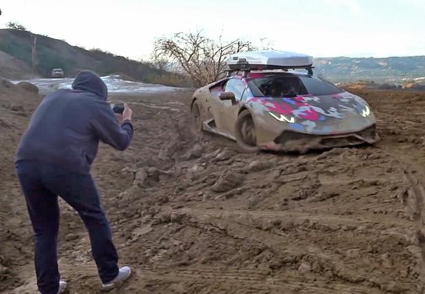 Фото №2 - Смотри, как Lamborghini задорно барахтается в глине. Грязное видео!