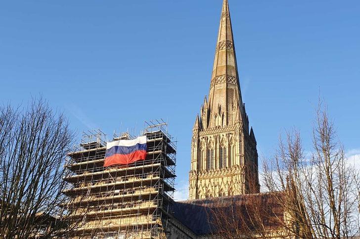 Фото №1 - На Солсберийском соборе вывесили российский флаг (фото)