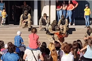 Спецназовец показал, как перерезать горло, на глазах у детей (обескураживающее ВИДЕО)