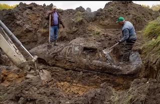 Мужики зарыли «немца», «японца» и «русского», через год выкопали и попытались завести (видео)