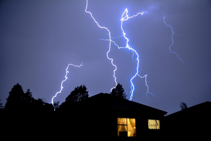 Фото №1 - Молния ударила в iPhone в тот момент, когда его хозяйка снимала молнии! (Роковое ВИДЕО)