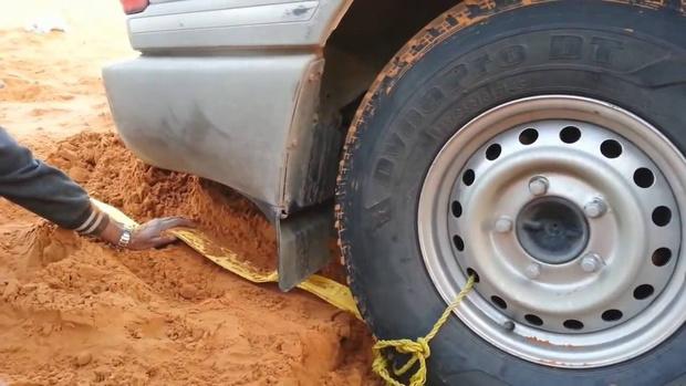 Фото №1 - Как вытащить машину из песка (видео)