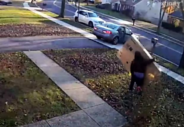 Фото №1 - Вор попытался стащить чужой телевизор, но тот оказался слишком большим (видео)
